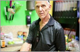 Alter Mann in Werkstatt