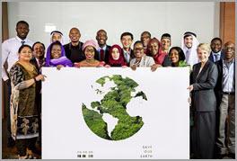 Menschengruppe hinter Weltkugel